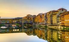 河边的城市建筑
