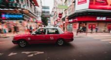 街道上疾驰的计程车