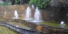 公园里的喷泉景观图
